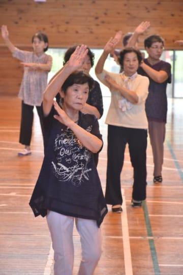 巡回講習会で民踊を練習する参加者