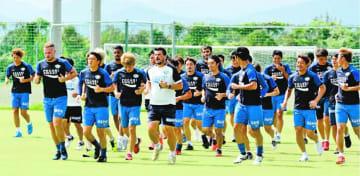 軽めのメニューで調整する徳島の選手たち=徳島スポーツビレッジ