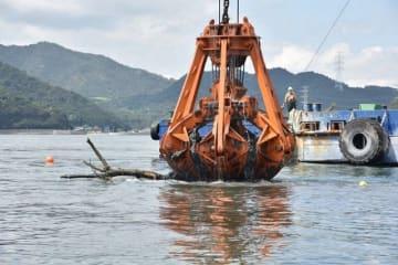 児島湾の海底からごみをつり上げるクレーン