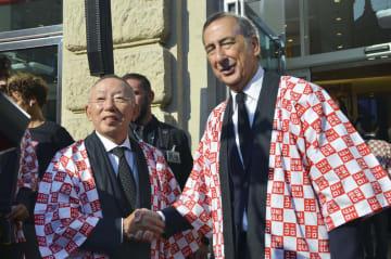 イタリア・ミラノでユニクロのオープニングセレモニーに出席したファーストリテイリングの柳井正会長兼社長(左)=13日(共同)