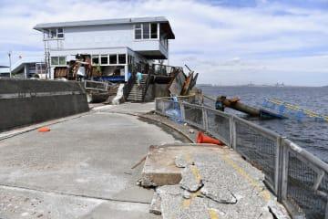 管理棟が被災し、桟橋が落下した本牧海づり施設=9日、横浜市中区の本牧ふ頭