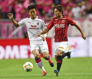 浦和―C大阪 前半、競り合うC大阪・丸橋(左)と浦和・関根=埼玉スタジアム
