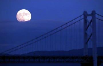 瀬戸大橋と共演する名月=13日午後6時24分