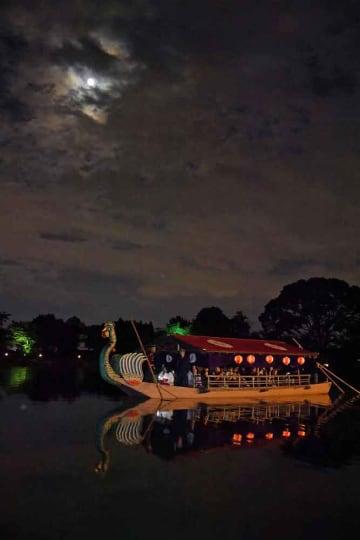 雲の間から見える中秋の名月を楽しむ観光客ら(13日午後8時15分、京都市右京区・大覚寺)