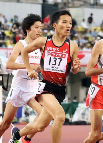 陸上日本選手権男子5000メートルで走る井上(右)と設楽=6月、博多の森陸上競技場