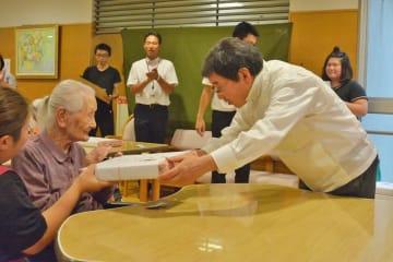 大木市長から祝品を受け取る勝田さん