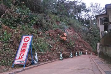 陸上自衛隊による撤去作業が終わり、徒歩での通行が可能になった道路=13日午後6時ごろ、鎌倉市二階堂