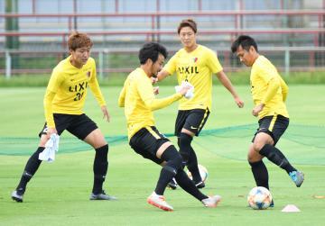 FC東京戦に向けて調整する鹿島の選手=クラブハウスグラウンド
