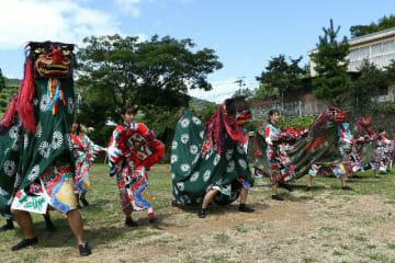 健男社の秋季大祭で奥嶽流上畑獅子舞を奉納する大分大の学生ら