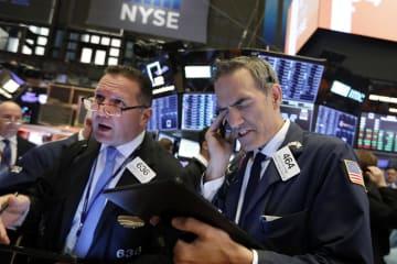 ニューヨーク証券取引所のトレーダーたち=13日(AP=共同)