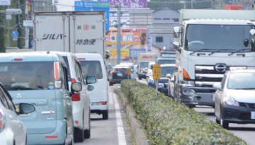渋滞する呉市阿賀中央の国道185号。左側の車列の先で車線が規制されていた(11日午後3時30分)