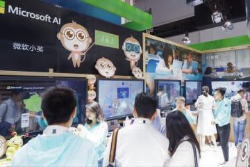 上海AI大会で、若者が熱心に見ていたマイクロソフトのブース