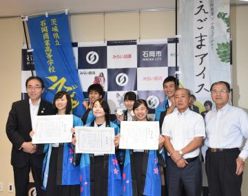 今泉文彦市長(左端)にフードグランプリ日本一を報告する石岡商高の生徒と協力関係者=石岡市役所