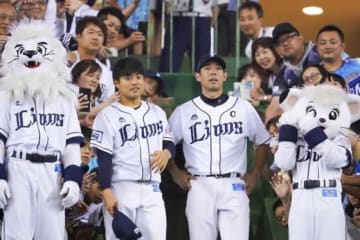 ファンに祝福される西武・松本航(左)と秋山翔吾【写真:荒川祐史】