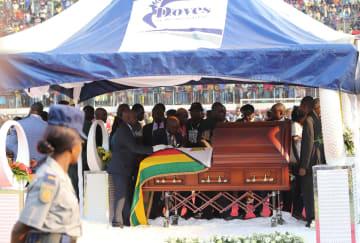 ムガベ前大統領にお別れ ジンバブエ国民が長い列