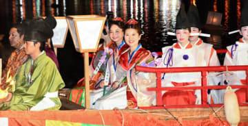 管絃船の儀に臨む(中央手前から)新岡さん、石井さん