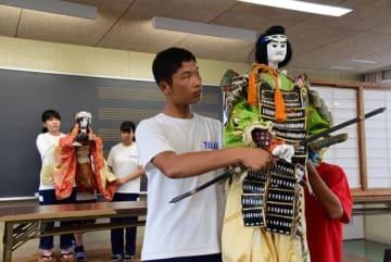【安乗人形芝居の本番に向けて練習を重ねる東海中郷土芸能クラブの生徒ら=志摩市立東海中学校で】