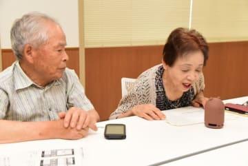 【AIアシスタント「Clova」に災害情報について問いかける高齢者=伊勢市の市防災センターで】