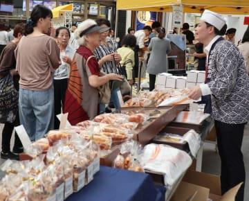 多くの買い物客らでにぎわった感謝祭=長崎市浜町