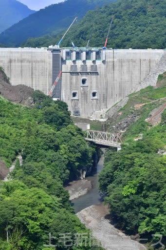 本年度中の完成に向け10月上旬に試験湛水が始まる八ツ場ダム(7月17日撮影)