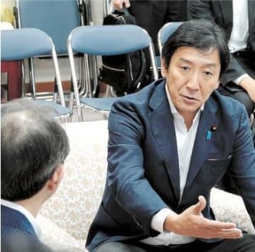内堀知事(左)と懇談する菅原経産相