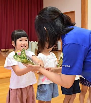 祖父母に贈る花束を受け取る園児