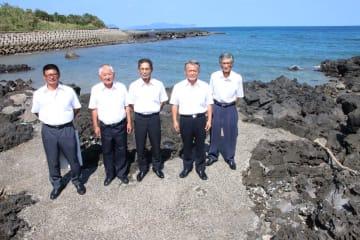 ヒジキを復活させた崎山漁業集落の役員ら。周辺の岩場には、春になるとびっしりとヒジキが生える=五島市下崎山町