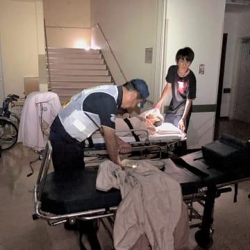 停電が続く中沢病院で患者の搬送準備をする荻島さん(左)=10日午後、千葉県富里市(菅間記念病院提供)