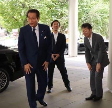 農林水産副大臣に就任し初登庁する加藤氏(左)=農林水産省