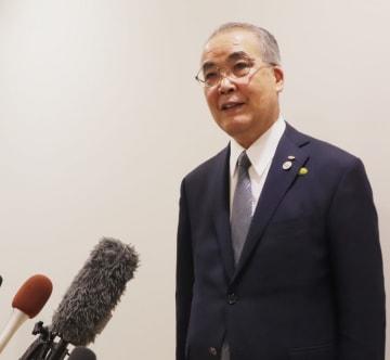 最高裁判決を受け、報道陣の質問に答える中村知事=県庁