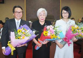 議場で花束を受け取った今期勇退の(左)から山本議員、吉田議員、山田議員