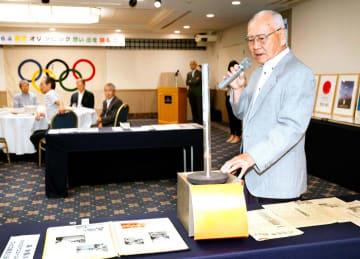 実際に使ったトーチなどを持ち寄り、1964年の東京五輪聖火リレーについて語る参加者=13日午後、松山市大手町1丁目