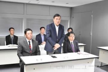 記者会見で展望を述べる小林会長(中央)