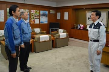 森田知事(右)と面会し、停電の長期化を謝罪した東電PGの金子社長(左)=14日昼、県庁