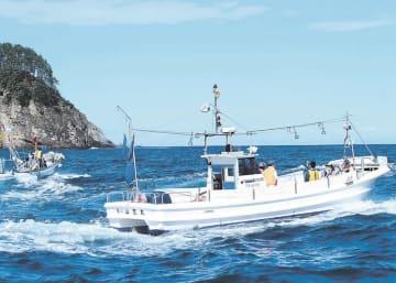 沖出し訓練で避難海域に向かう漁船=13日、宮古市の田老漁港沖