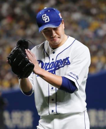 4回、阪神打線を三者凡退に抑え、グラブをたたく中日・大野雄=ナゴヤドーム