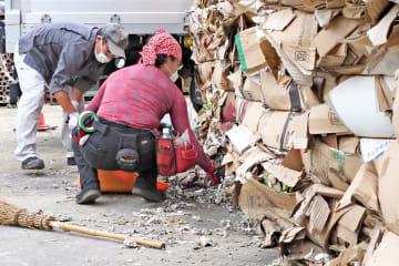 被災した事業所の清掃作業を行うボランティア=横浜市金沢区福浦1丁目の「國光」横須賀事業所