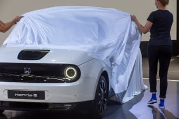 Honda eからは電気自動車特有の近未来的な存在感だけでなく、クラシックカーが蘇ったような懐かしさも感じられる(画像: Honda Europeの発表資料より)
