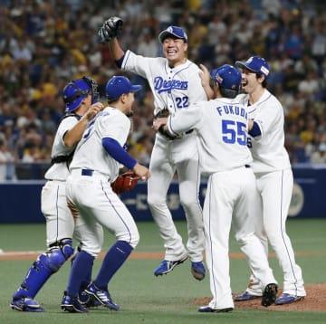 阪神戦でプロ野球史上81人目となるノーヒットノーランを達成し、チームメートから祝福される中日・大野雄大投手(中央)=14日、ナゴヤドーム