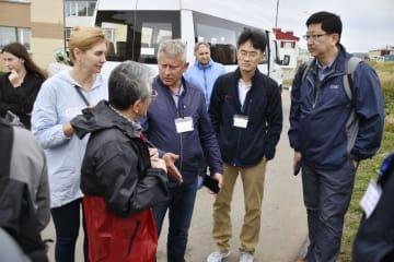 日ロの共同経済活動の具体化に向け、北方領土・国後島を訪れた日本の視察団ら=14日(島民提供・共同)