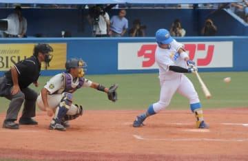 今季から4番に座る青山選手。八回に適時二塁打を放ち一時同点とする(撮影・関根隆朗)