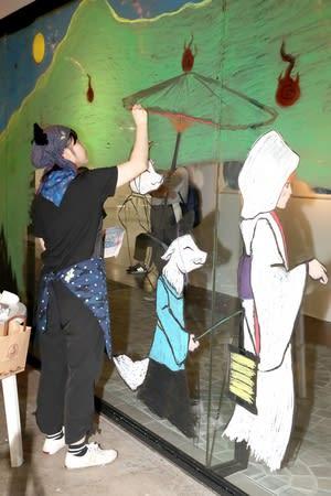 ガラスに麒麟や花嫁、キツネなどを描く松島菜月さん=14日、新潟市中央区