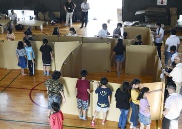 体育館でパーティションの設営訓練をする児童ら=14日午後、和歌山県有田市の市立港小