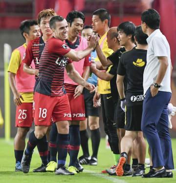 鹿島―FC東京 後半、ゴールを決め、タッチを交わし喜ぶ鹿島・セルジーニョ(左手前)=カシマ