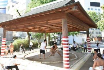 岡山芸術交流の作品展示に向けた修復が完了し、土俵開きが行われた旧内山下小の土俵