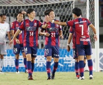 3連勝し喜ぶファジアーノ岡山の上田康太(14)ら=シティライトスタジアム