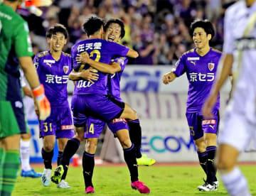 サンガ-町田 後半17分、先制ゴールを決めたサンガの小屋松(22)がアシストの仙頭と抱き合う(たけびしスタジアム京都)