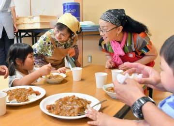 市民団体が月1回開いている子ども食堂。食材の確保や調理などで高齢者が活躍している=14日午後、日向市の大王谷コミュニティセンター