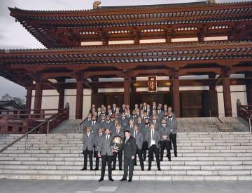 東京・芝の増上寺で行われたチームウエルカムセレモニーで記念写真に納まるラグビー・ニュージーランド代表=14日
