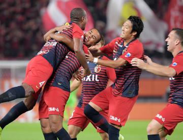 鹿島-FC東京 前半2分、先制点を決め仲間と喜ぶ鹿島・ブエノ(左から2人目)=カシマスタジアム、吉田雅宏撮影